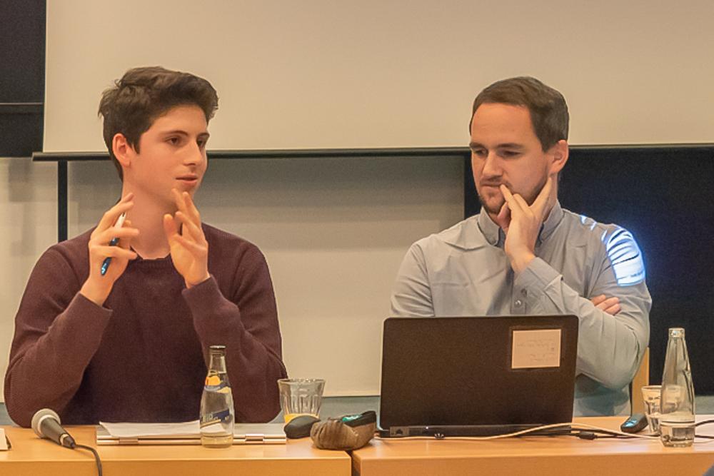 Lucas Valle Thiele, Referent für Öffentlichkeitsarbeit des LSA Berlin und Steve Kenner, zweiter Vorsitzender des Berliner Landesverbandes der DVPB, stellen Ergebnisse der Zukunftswerkstatt