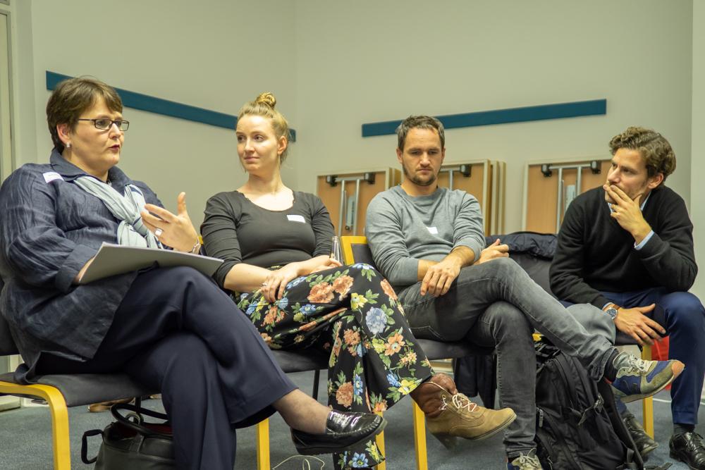 Teilnehmende des von Philip Elsen (erster von rechts) angebotenen Workshops im Gespräch