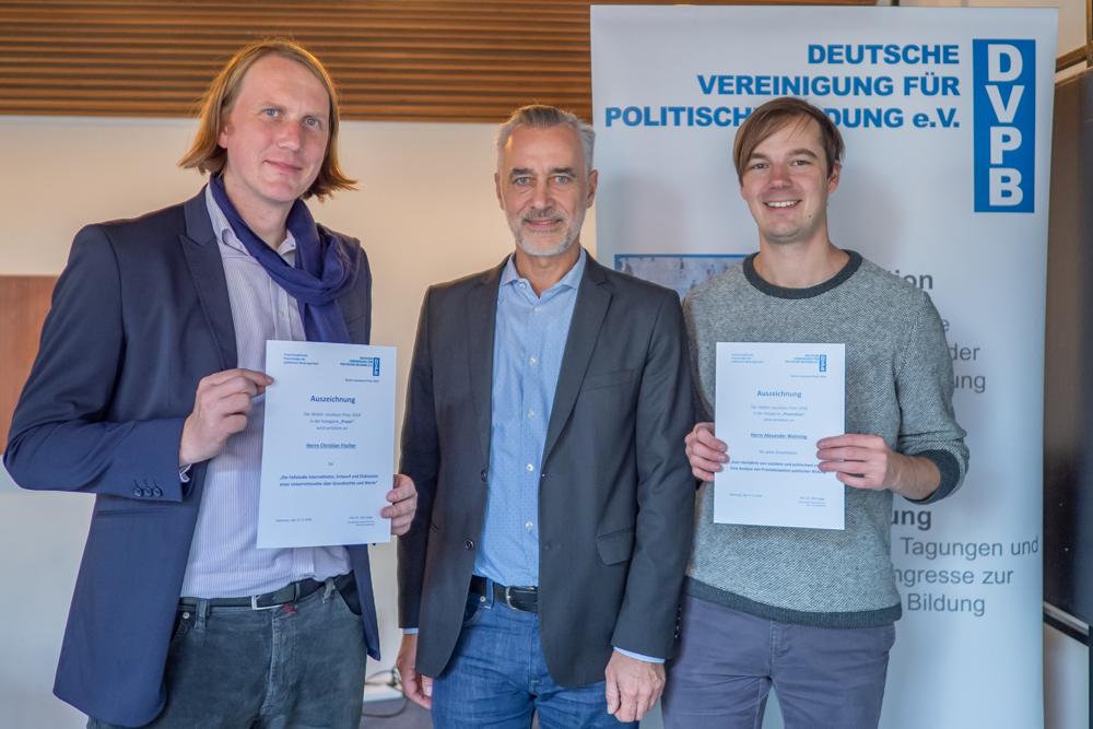 Auszeichnung der Preisträger des Walter-Jacobsen-Preises Dr. Christian Fischer (links) und Dr. Alexander Wohnig (rechts) durch den Bundesvorsitzenden der DVPB Prof. Dr. Dirk Lange