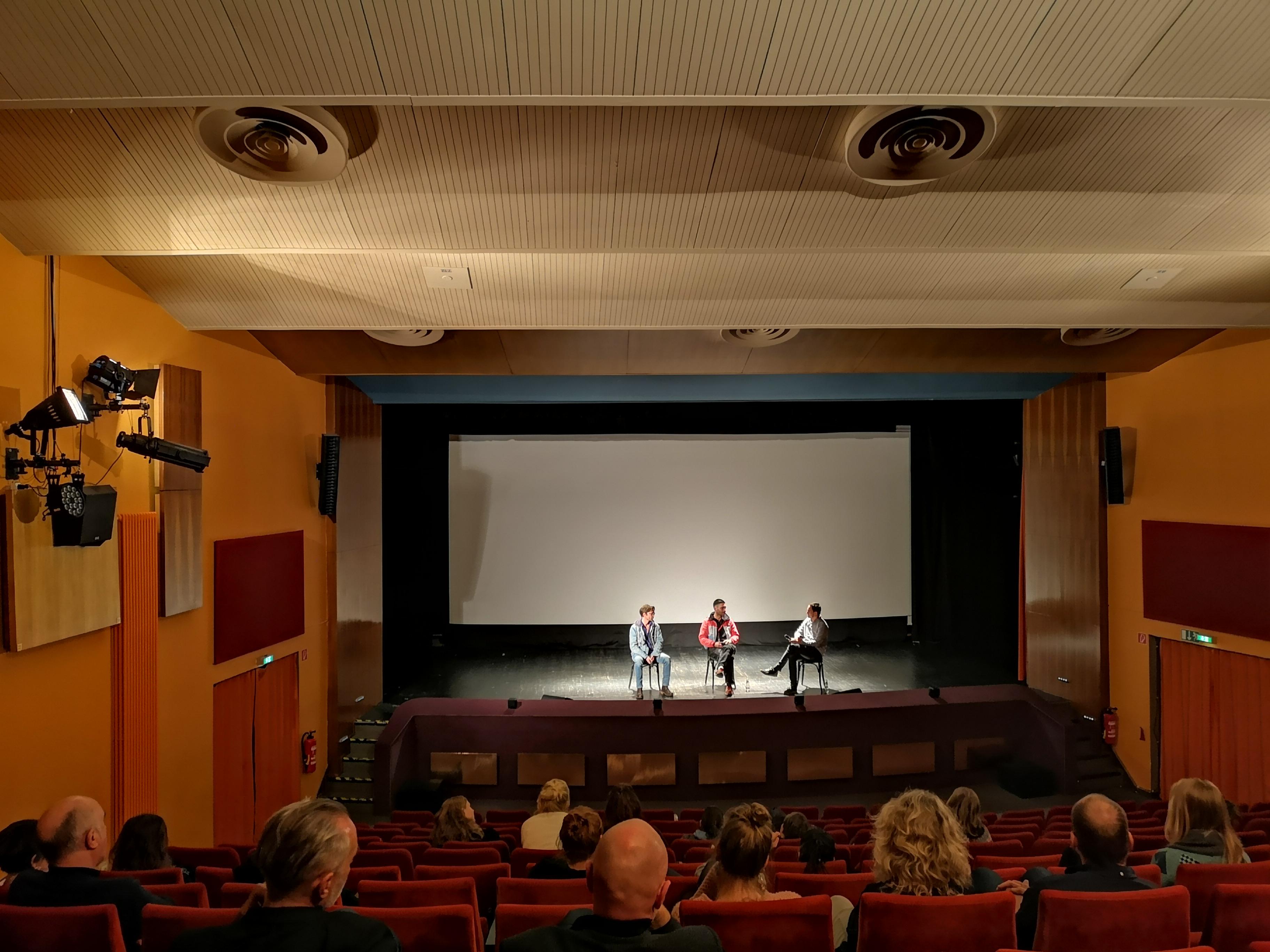 """Am ersten Veranstaltungstag waren alle Teilnehmenden zur Vorführung des Films """"Berlin Rebel High School"""" eingeladen, der die Arbeit der Schule für Erwachsenenbildung Berlin dokumentiert. Im Programmkino des Tagungungszentrums fand anschließend eine Podiumsdiskussion mit einer Lehrkraft und einem Schüler der FSE statt"""